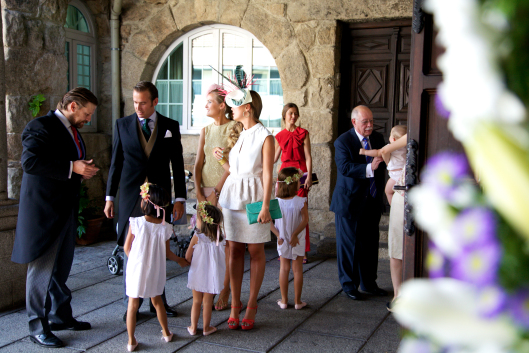 boda-virginia-andres-vestido-crepe-art-deco-vintage-espalda-aire-ramo-rosas-pitimini-velo-tul-1-entrada-inglesia-pajes-coronas-flores