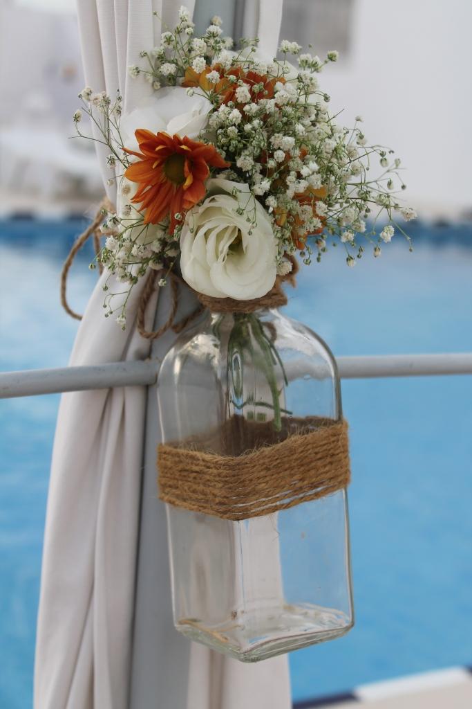 Margarita naranja, paniculata, lisianthus blanco y solidago en los centros de mesa fueron las flores utilizadas. Pequeños detallitos silvestres siguiendo la línea de sencillez del evento