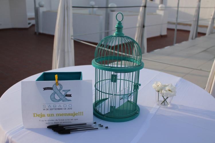 Deja tu mensaje a los novios en esta preciosa jaula que se llenó de buenos deseos al finalizar la boda