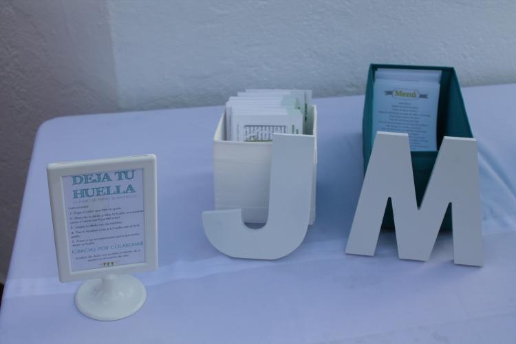 Las iniciales de los novios, las minutas personalizadas, tarjetas solidarias... Detalles que marcan la diferencia