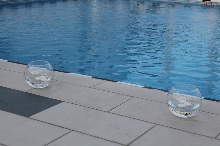 Peceras con velas flotantes utilizamos para el perímetro de la piscina y de la terraza
