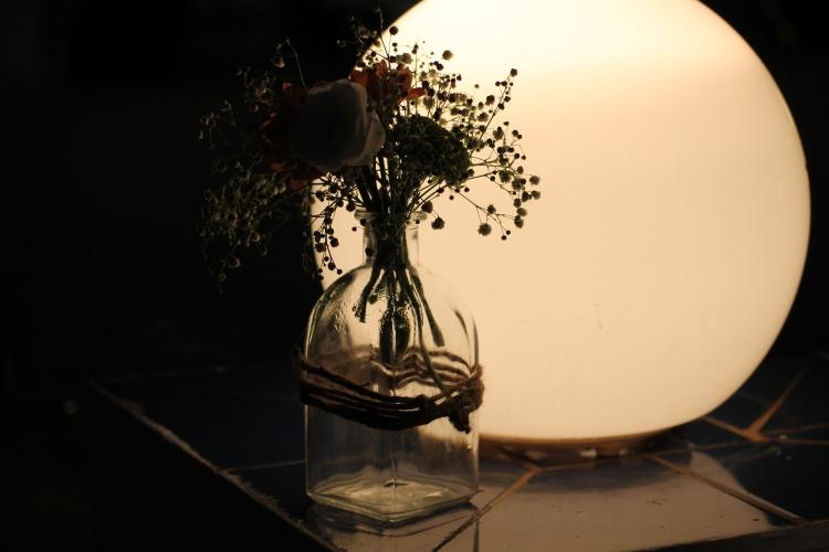 Llegó la noche, dejamos en un segundo plano las flores y le damos prioridad a las luces y velas para la decoración.