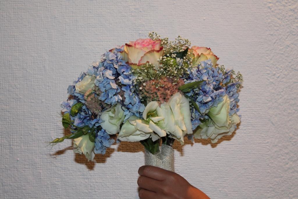 El ramo de la novia se separó posteriormente en dos para entregarlo a dos amigas.