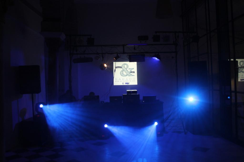 Proyectamos el logo de la boda y las luces crearon una ambientación única