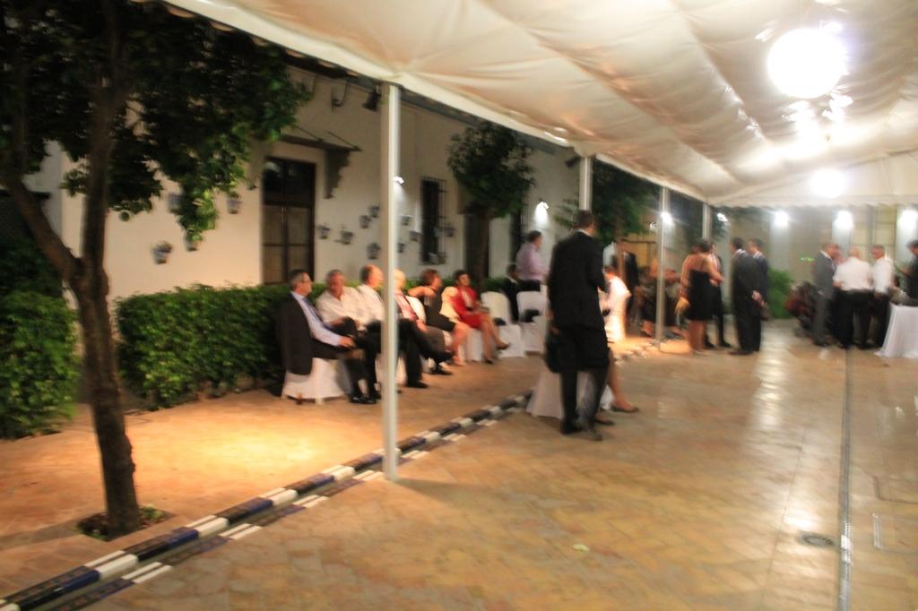 Durante la barra libre - dicoteca también hubo sillas y mesas en el patio para quien prefería una charla al baile
