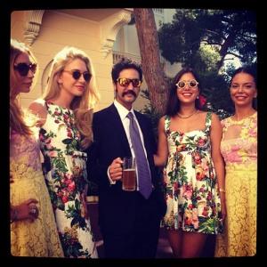 Julio Mario Santo Domingo III con las mejores amigas de la novia, durante el enlace en los jardines del palacio monegasco