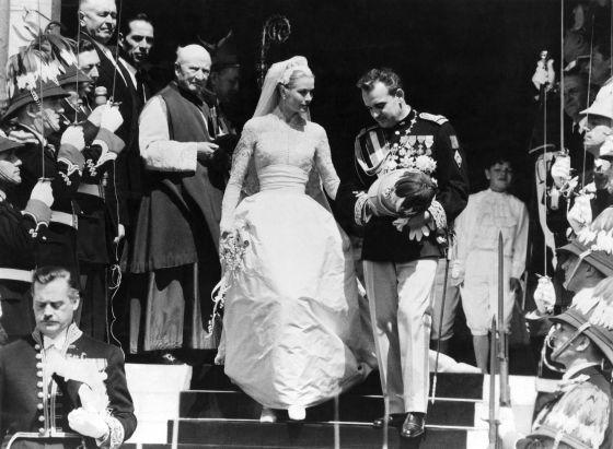 La impresionante boda de Grace Kelly y Raniero en el palacio monegasco, en 1956. CORDON