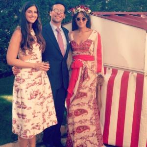 La prima de la novia, Bettina Santo Domingo, posa con una pareja de invitados de lo más 'hippie chic'