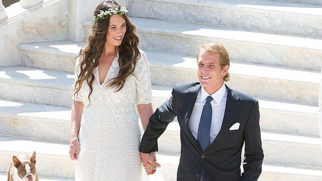 Tatiana Santo Domingo y Andrea Casiraghi bajan las escaleras de palacio tras contraer matrimonio